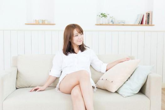 ソファに座る女性